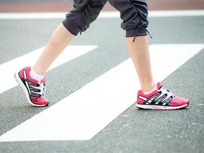 【腰痛トリビア】<br>「狭い歩幅」と「つま先使い」で腰痛改善!